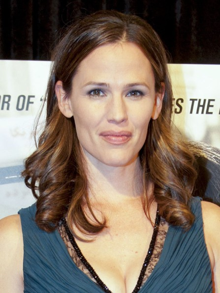 Jennifer Garner Loose Wavy Hairstyle For Medium Hair