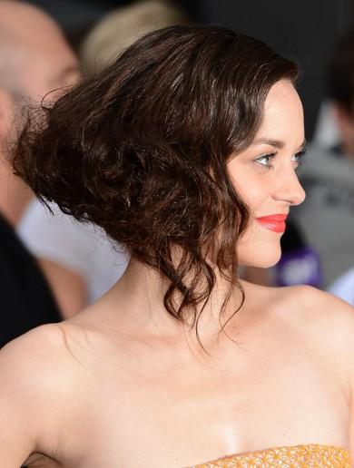 Marion Cotillard formale mittlere lockige Haarschnitt