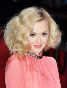 Blonde, gewellte Bob-Frisuren, kurzes Haar aus Fearne-Baumwolle