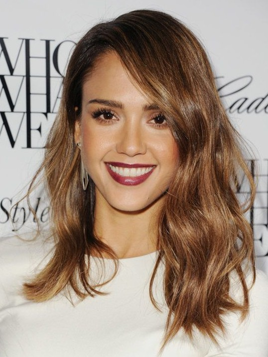 2014 Jessica Alba Hairstyles: Medium Wavy Haircut /Getty Images