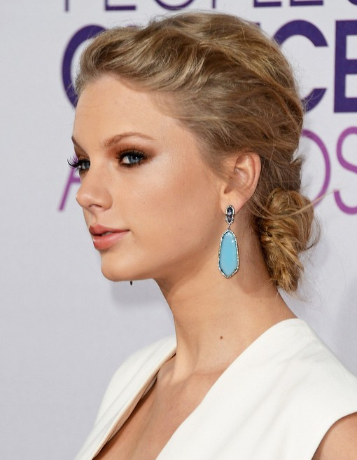 Taylor Swift Bun Hairstyles: Messy Bun