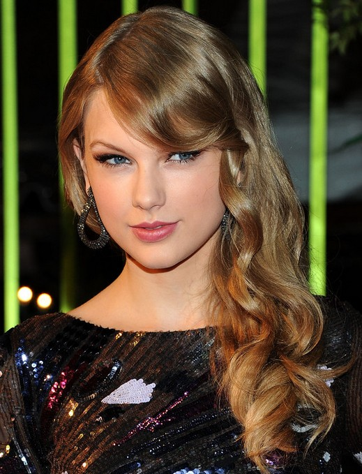 Taylor Swift Hairstyles: Chic Long Wavy Hair