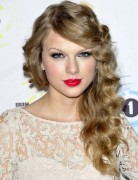 Taylor Swift Long Hairstyles: Side Curls