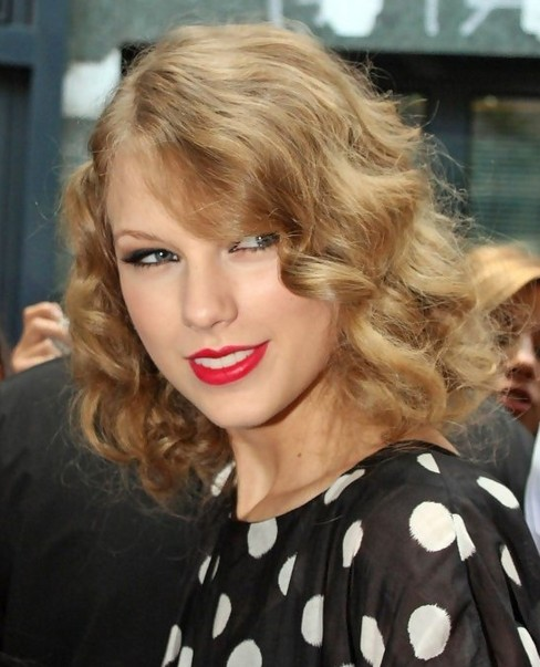 Taylor Swift Medium Hairstyles: Blonde Golden Retro Curls