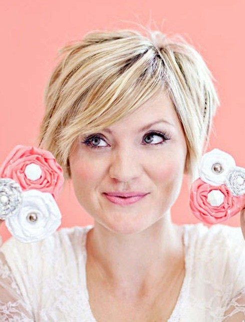 2014 Short Hairstyles for Round Faces: Layered Haircut with Side Bangs