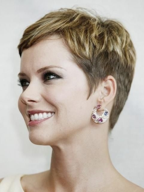 Chic Short Haircuts for Women Over 40, 50: Pixie Hairstyles / Via
