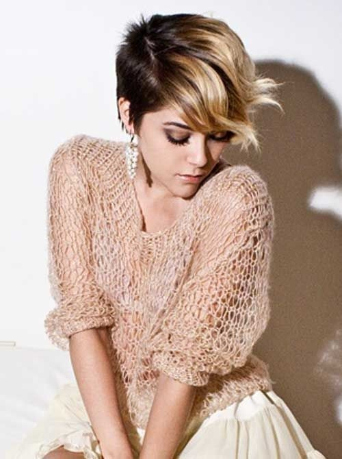 Short Brown Hair with Blonde Highlights: Ombre Wavy Haircut / Via