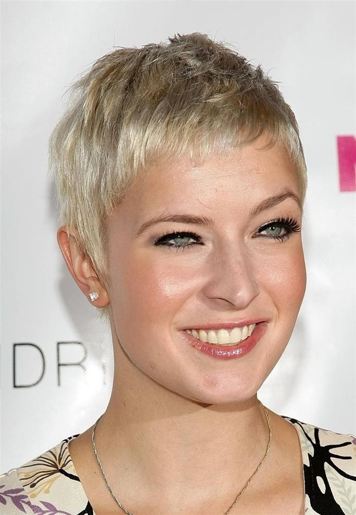 Very Short Hairstyles: Women Haircut for Long Face