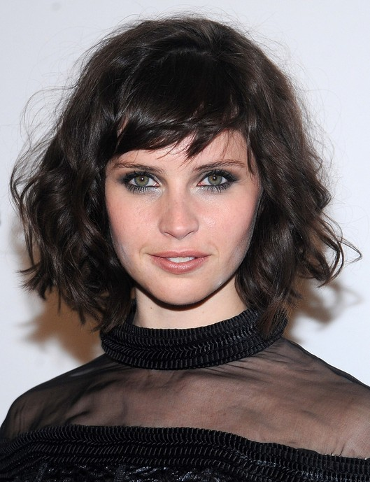 Promi-Kurzhaarfrisuren: Felicity Jones Messy Curly Haircut