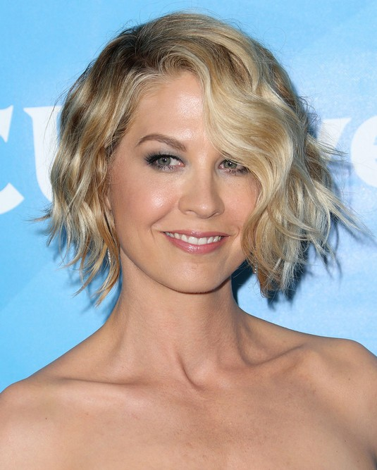 Celebrity Short Hairstyles: Jenna Elfman Short Wavy Haircut