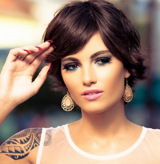 Short hairstyle with side swept bangs chic haircuts for women via
