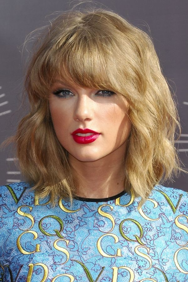 Taylor Swift Medium Hairstyle for Wavy Hair - Medium Length Haircuts ...