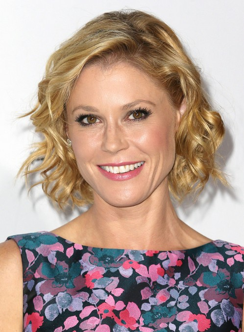 Julie Bowen Short Haircut - Chic Blonde Curly Hairstyles for Short Hair