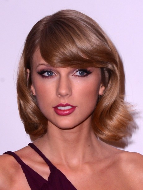 Taylor Swift Short Haircut - Soft Wavy Hairstyle with Side-Swept Bangs