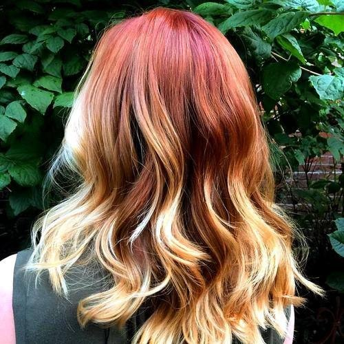Rote und blonde Ombre Highlights