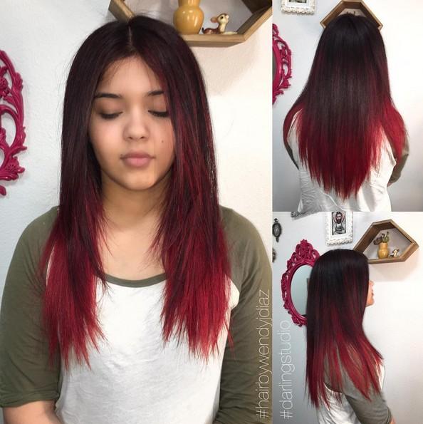 Glatte lange Frisur mit schwarzer, roter Farbe