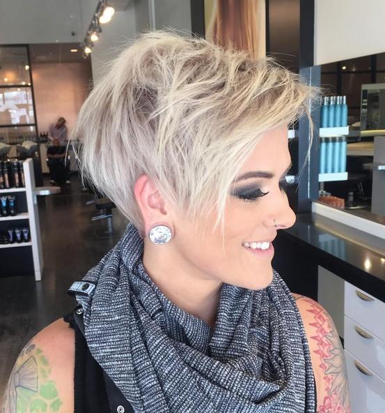 Entzückende Pixie-Haarschnitt-Ideen mit Pony