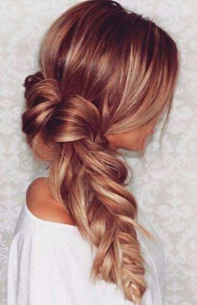 blonde Haare-mit-roten Highlights-Langhaarfarbe-Ideen-locker geflochtenen Frisur