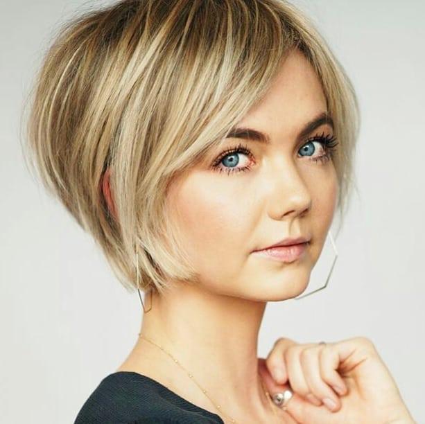 Einfacher kurzer Bob-Haarschnitt mit glattem Haar - Kurze glatte Frisuren für Frauen