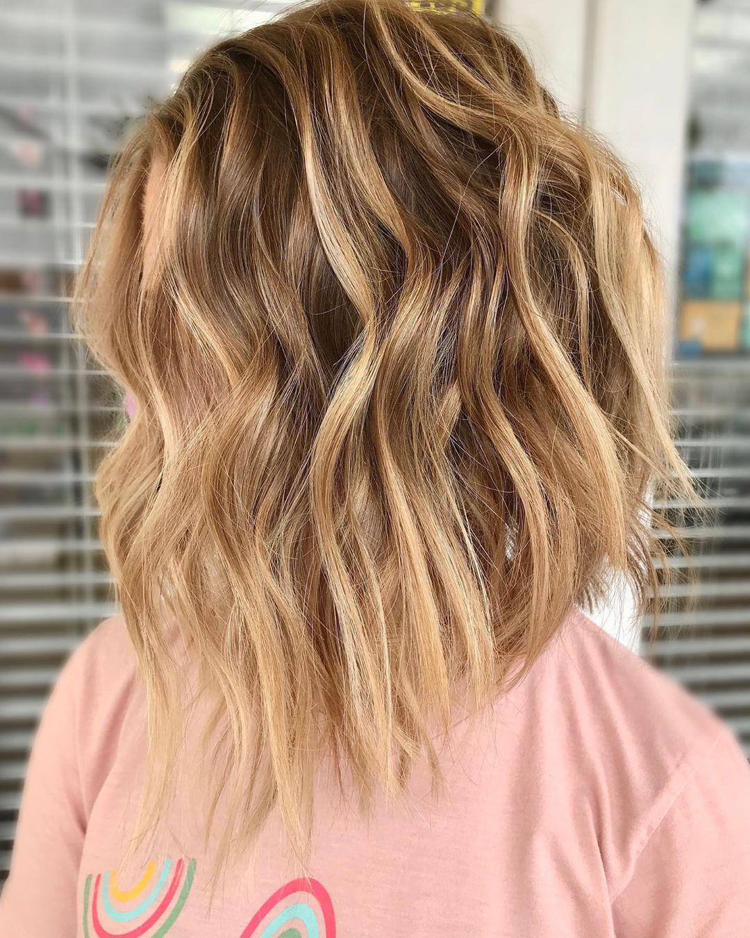 Schmeichelnde mittellange Haarschnitte mit welligem Haar - Frauen mittellange Frisuren