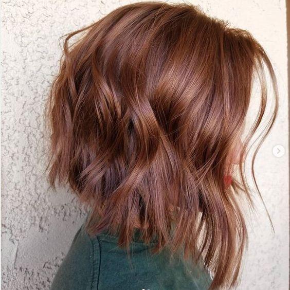 Schmeichelnde mittellange Haarschnitte mit welligem Haar - mittellange gewellte Frisuren