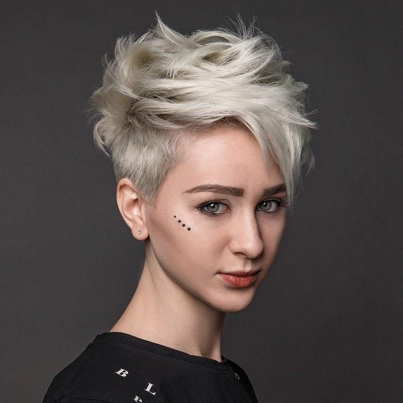 Schicke Kurzhaarfrisur mit Farbe - Frauen Pixie Frisuren & Frisuren 2021